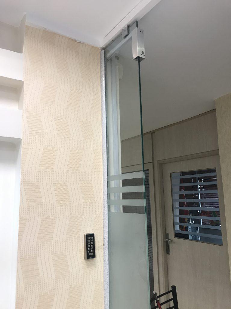 نصب قفل برقی شیشه سکوریت